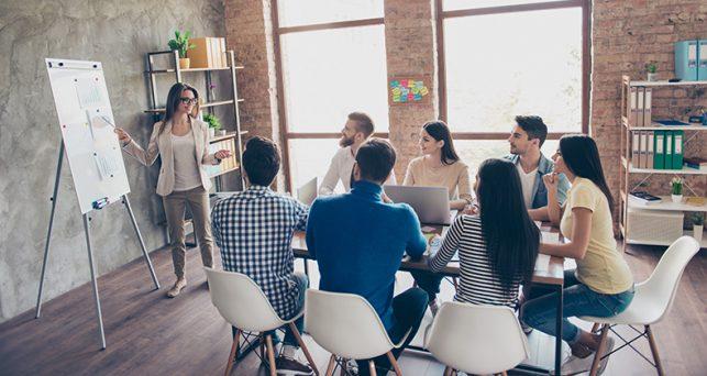 maneras-alentar-tu-personal-hablar-compartir-ideas