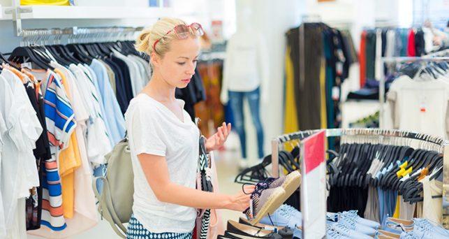 uno-tres-espanoles-se-prueba-la-ropa-las-tiendas-la-compra-internet